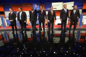 Republican U.S. presidential candidates (L-R) U.S. Senator Rand Paul, Governor Chris Christie, Dr. Ben Carson, Senator Ted Cruz, Senator Marco Rubio, former Governor Jeb Bush and Governor John Kasich pose together onstage at the start of the debate held by Fox News for the top 2016 U.S. Republican presidential candidates in Des Moines, Iowa January 28, 2016. REUTERS/Jim Young
